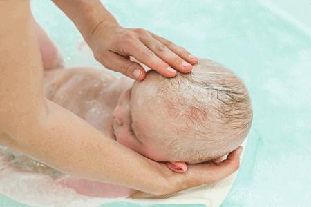Haare waschen beim Baby