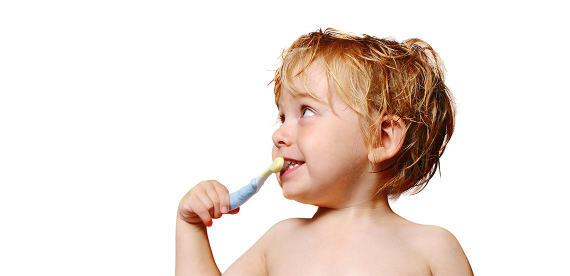 Dem Baby die Zähne putzen: So geht es!